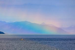 Boat, huge rainbow colours light up mist over the Fairweather Range, Icy Strait, near Glacier Bay, Iの写真素材 [FYI03812471]