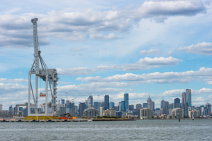 Container quayside crane in the Port of Melbourne with city skyline, Melbourne, Victoria, Australia,の写真素材 [FYI03812517]