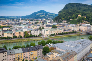 View of Salzach River with The Old City to the right and the New City to the left, Salzburg, Austriaの写真素材 [FYI03812576]