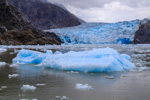 Ice pack and blue ice face of South Sawyer Glacier, mountain backdrop, Stikine Icefield, Tracy Arm Fの写真素材 [FYI03812608]