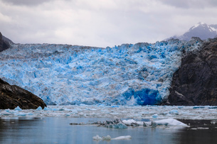 Ice pack and blue ice face of South Sawyer Glacier, mountain backdrop, Stikine Icefield, Tracy Arm Fの写真素材 [FYI03812611]