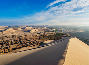 Sand dunes of Ica Desert near Huacachina, Ica Region, Peru, South Americaの写真素材 [FYI03812642]