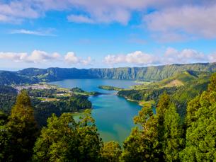 Lagoa das Sete Cidades, elevated view, Sao Miguel Island, Azores, Portugal, Atlantic, Europeの写真素材 [FYI03812657]