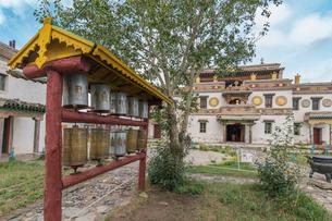 Prayer wheels in the gardens of Erdene Zuu Buddhist Monastery, Harhorin, South Hangay province, Mongの写真素材 [FYI03812704]