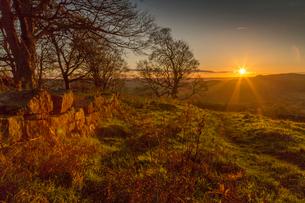 View of sunset from Baslow Edge, Baslow, Peak District National Park, Derbyshire, England, United Kiの写真素材 [FYI03812764]
