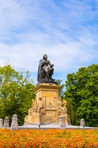 Statue of Joost Van Den Vondel in Vondelpark, Amsterdam, Netherlands, Europeの写真素材 [FYI03812799]