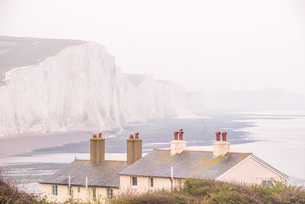 Cuckmere Haven and the Seven Sisters chalk cliffs on a misty day, South Downs National Park, East Suの写真素材 [FYI03812852]