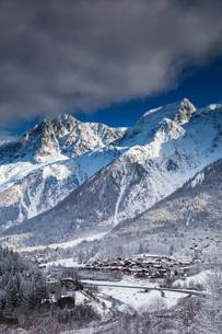 Les Houches village below Mont Blanc, Chamonix, Haute Savoie, Rhone Alpes, France, Europeの写真素材 [FYI03812853]
