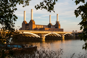 Battersea Power Station and Battersea Bridge, London, England, United Kingdom, Europeの写真素材 [FYI03812886]
