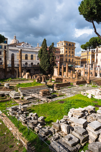 Largo di Torre Argentina square with Roman Republican temples and remains of Pompeys Theatre, in theの写真素材 [FYI03812929]