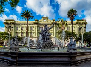 Neptune Fountain and Maldonado National College, Sucre Park, Riobamba, Chimborazo Province, Ecuador,の写真素材 [FYI03813078]