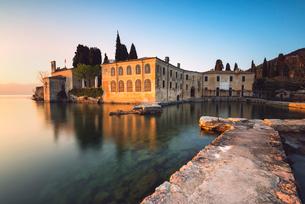 Punta San Vigilio at sunset, a beautiful resort on Lake Garda, Verona province, Veneto, Italian Lakeの写真素材 [FYI03813084]