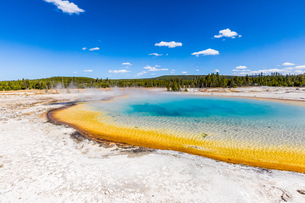Rainbow Geyser and surreal the colors that the different bacteria create in these geysers, Yellowstoの写真素材 [FYI03813096]