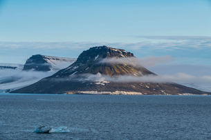 Flat table mountains covered with ice, Franz Josef Land archipelago, Arkhangelsk Oblast, Arctic, Rusの写真素材 [FYI03813152]