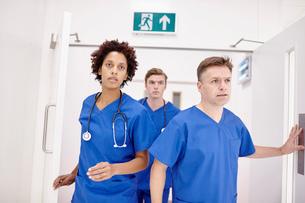 Doctors running into emergency room in hospitalの写真素材 [FYI03813193]