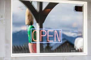 Neon open sign on window, Homer Spit, Kachemak Bay, Alaska, USAの写真素材 [FYI03813194]