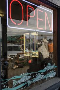 Neon open sign in fishmongers shop window, Homer Spit, Kachemak Bay, Alaska, USAの写真素材 [FYI03813195]