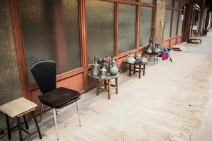 Displays of variety of kettles along walkway, Arasta Bazaar, Istanbul, Turkeyの写真素材 [FYI03813210]