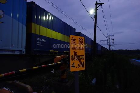 踏切を通過する貨物列車の写真素材 [FYI03813439]