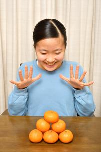 ミカンを食べる女の子の写真素材 [FYI03813517]