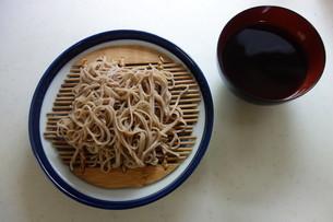 器に盛られた蕎麦と汁の写真素材 [FYI03813746]
