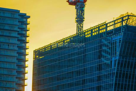 夕暮れ空と横浜みなとみらいのビル群の写真素材 [FYI03813859]