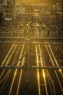 夕暮れの街並みと線路のイメージの写真素材 [FYI03813865]