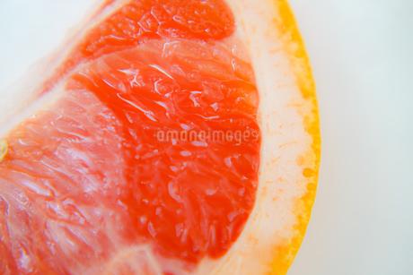 ピンクグレープフルーツの果肉と皮の写真素材 [FYI03813867]