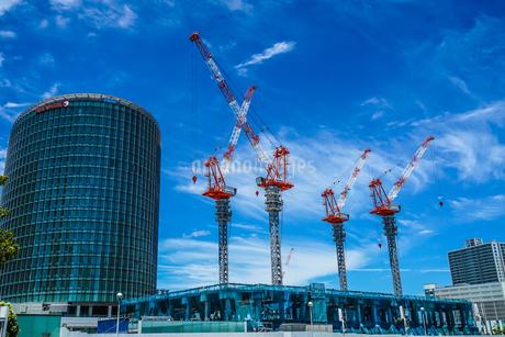 建設中のビルとみなとみらいの街並みの写真素材 [FYI03813885]