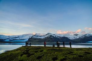 アイスランド・フィヤトルスアゥルロゥン湖と雪山の写真素材 [FYI03813896]