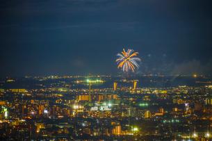 東京都庁展望台から見える調布花火大会の写真素材 [FYI03813910]