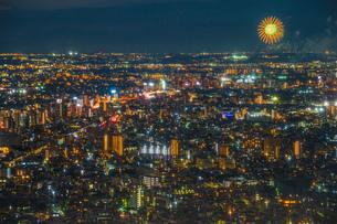 東京都庁展望台から見える調布花火大会の写真素材 [FYI03813921]