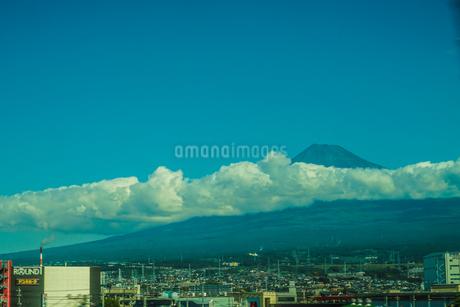 雲のかかる富士山のイメージの写真素材 [FYI03813931]