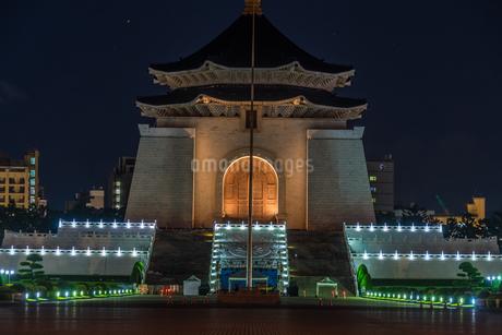 中正紀念堂・自由広場の夜景(台湾・台北)の写真素材 [FYI03813939]