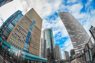 東京都港区・汐留のオフィスビル群と青空の写真素材 [FYI03813983]