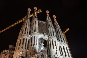 サグラダファミリアの夜景(スペイン・バルセロナ)の写真素材 [FYI03813991]