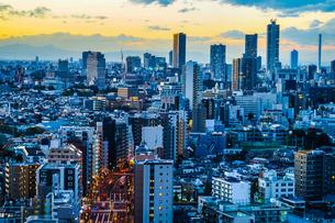 文京シビックセンターからの夕景(池袋方面)の写真素材 [FYI03814000]