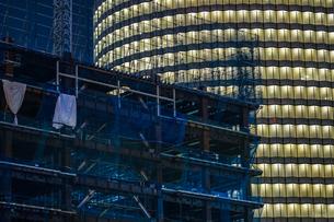 オフィスビルの建築現場(横浜みなとみらい)の写真素材 [FYI03814057]