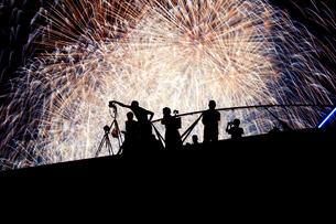 花火と人々のシルエットの写真素材 [FYI03814060]