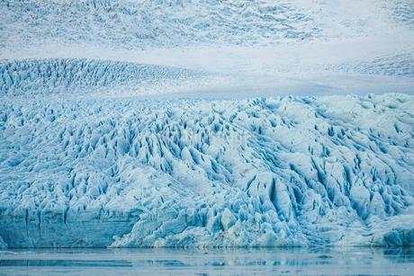 アイスランド・フィヤトルスアゥルロゥン氷河湖の写真素材 [FYI03814068]