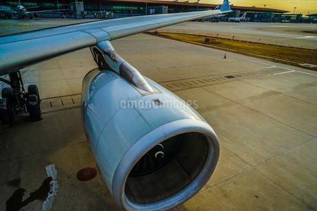 飛行機のジェットエンジンのイメージの写真素材 [FYI03814087]