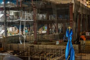 横浜・みなとみらいの高層ビル建設現場の写真素材 [FYI03814092]