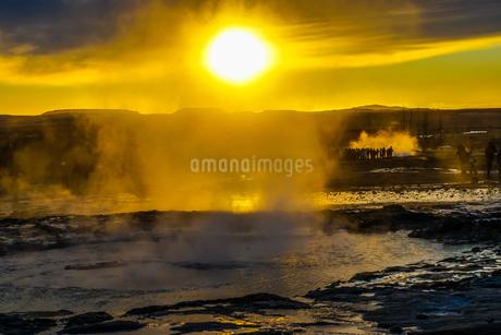 ゲイシール間欠泉と朝焼け(アイスランド)の写真素材 [FYI03814097]