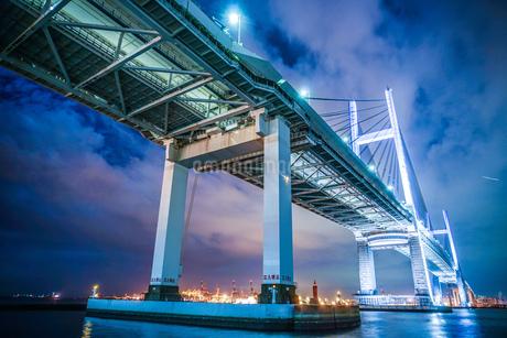 夜の横浜ベイブリッジ(大黒ふ頭から撮影)の写真素材 [FYI03814114]