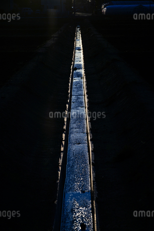 用水路と夕暮れの写真素材 [FYI03814117]
