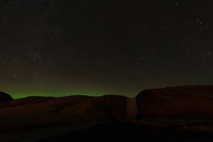 アイスランドのオーロラと山岳のシルエットの写真素材 [FYI03814119]