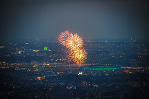 新横浜花火大会(横浜ランドマークタワー展望台から)の写真素材 [FYI03814184]