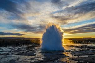 ゲイシール間欠泉と朝焼け(アイスランド)の写真素材 [FYI03814201]