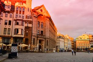 ラトビア・首都リガ旧市街世界遺産の歴史地区にある中世風の建物と明かりのついたテラス席の景観の写真素材 [FYI03814227]