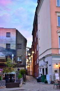 ラトビア・首都リガ旧市街世界遺産の歴史地区の明かりで飾られた路地裏の景観の写真素材 [FYI03814244]